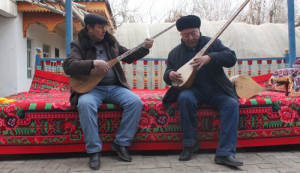 Xinjiang instrument maker dedicated to passing on skills to next generation