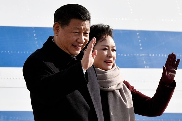 China's President Xi Jinping and his..spouse Peng Liyuan, right, arrive at the Airport Zurich for a two days state visit to Switzerland at the airport in Zurich, Switzerland, Sunday, January 15, 2017. (KEYSTONE/Walter Bieri)