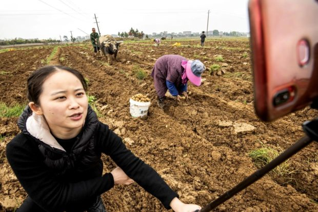 Government officials in Jiangxi help poverty alleviation through livestreaming e-commerce