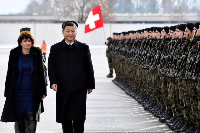 epa05718623 China's President Xi Jinping (R) and Swiss Federal President Doris Leuthard (L) inspect the honour guard during a welcoming ceremony for President Xi in Zurich, Switzerland, 15 January 2017. President Xi is on a state visit to Switzerland from 15 to 18 January. EPA/WALTER BIERI